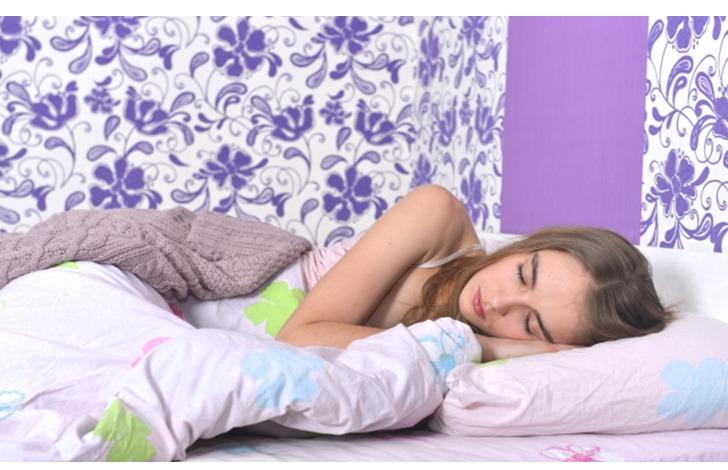 気持ち良く眠っているモデル画像