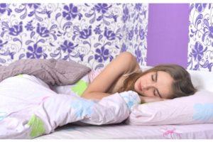 ワコール・ナイトブラ・リラックスして安眠する女性