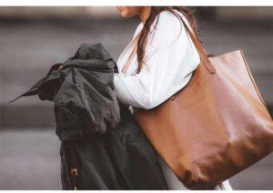 大きなバッグを肩に掛ける女性